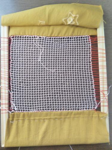 刺繍枠に編地を張ったところ