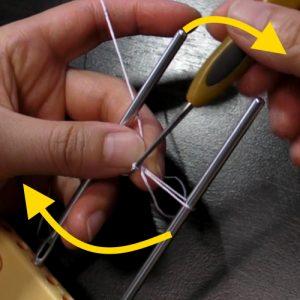 かぎ針を立てて、器具を左に回す
