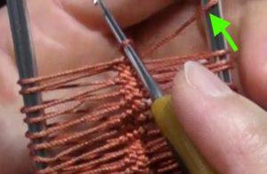 右の棒にかかっている糸を外します