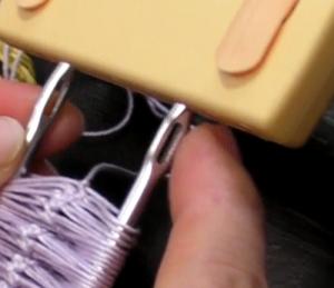 クリップ式編み器の棒に空いた穴