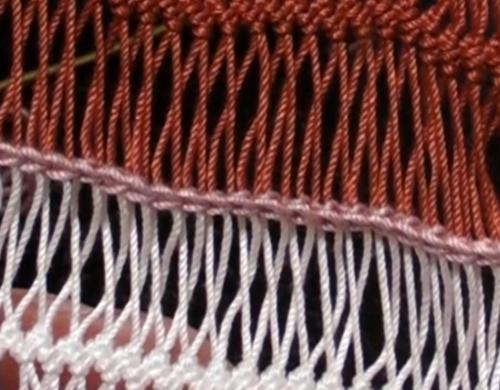 ループがねじれた細編みつなぎ